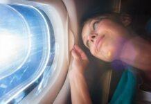 kobieta w samolocie widok z okna samolotu