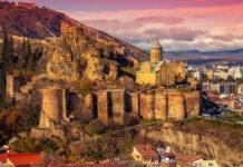 Tbilisi o zachodzie słońca