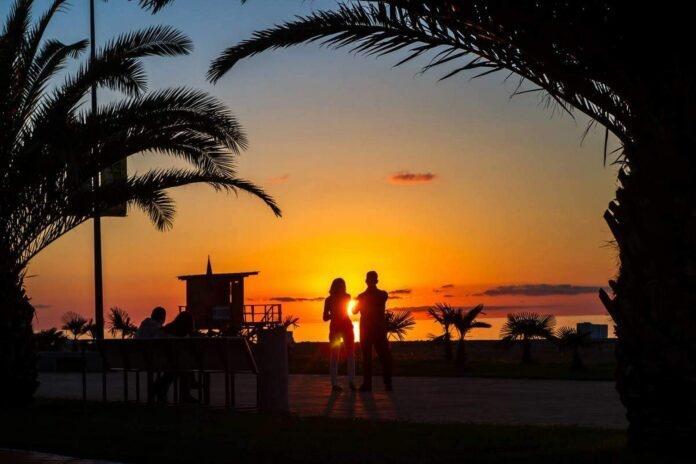 para na plaży w Batumi – zachód słońca