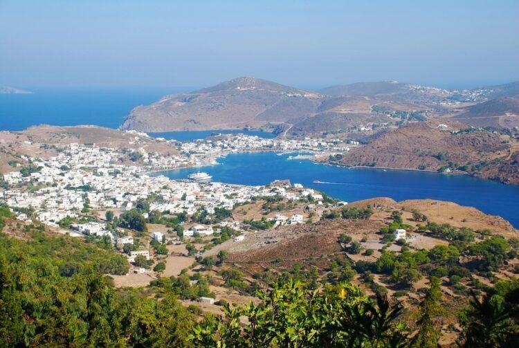 letnia panorama miasta Patmos w Grecji