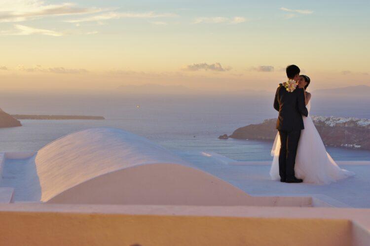 para młoda pozująca do zdjęcia na tle kaldery Santorini ślub w Grecji