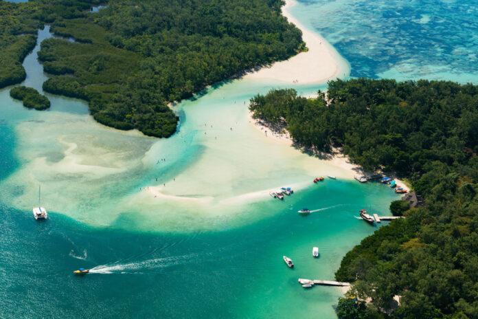 łódki opływające wyspę mauritius po błękitnej lagunie