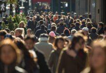 tłum ludzi na ulicach Nowego Jorku