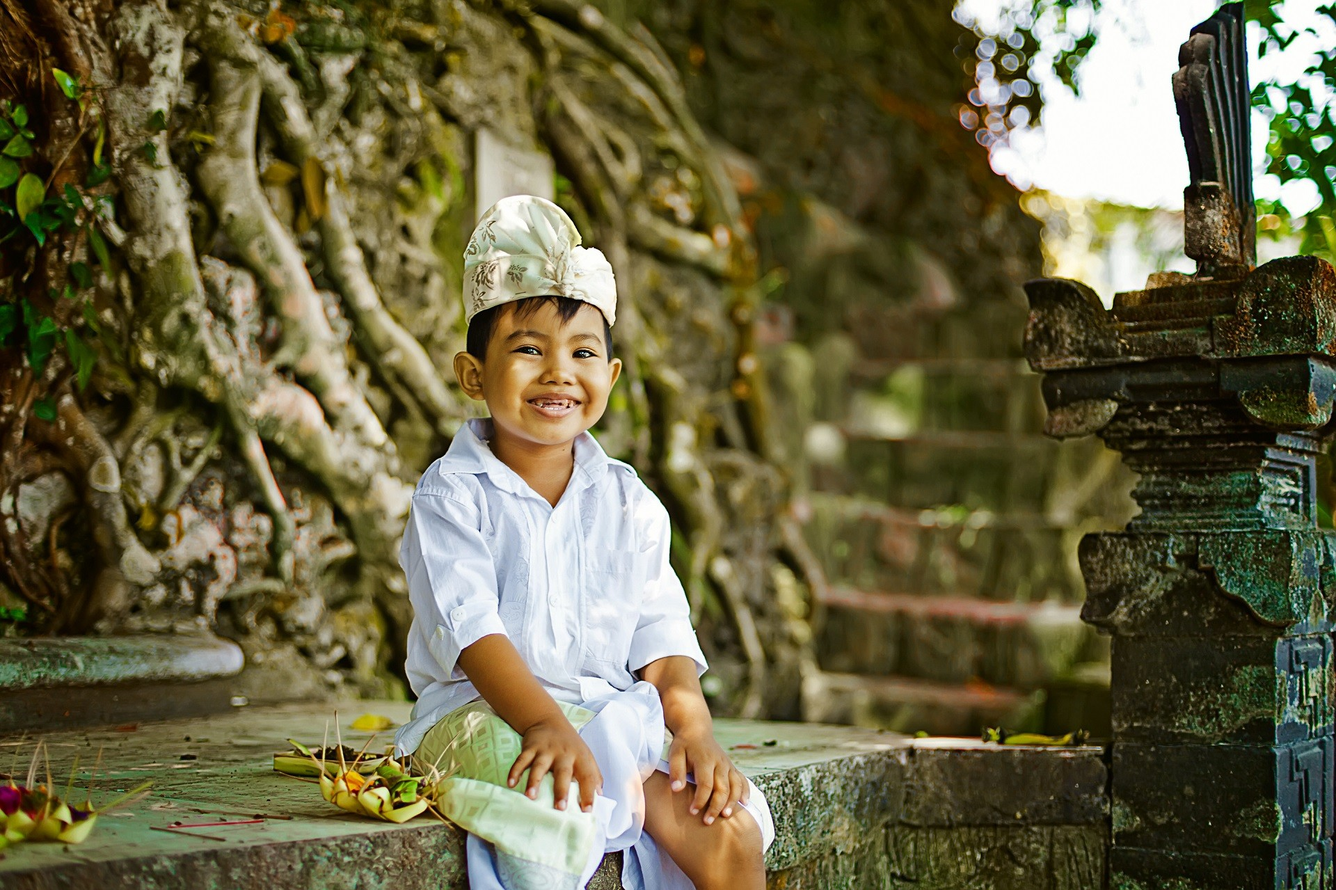 uśmiechnięty chłopiec w świątyni na Bali