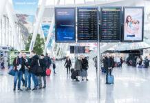 pasażerowie w hali przylotów i odlotów na lotnisku wrocław