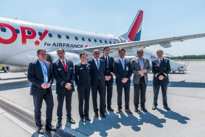 delegacja na tle samolotu Air France we Wrocławiu