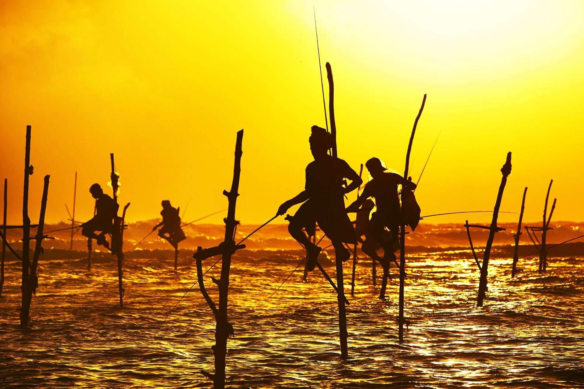 rybacy na sri lance o zachodzie słońca