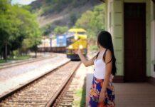 Dziewczyna czekająca na nadjeżdżający pociąg