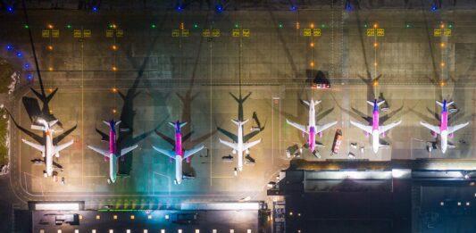 widok z góry na samoloty ustawione na płycie lotniska