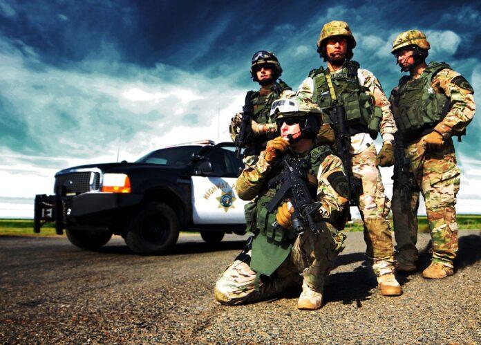 policjanci w pełnym uzbrojeniu na drodze