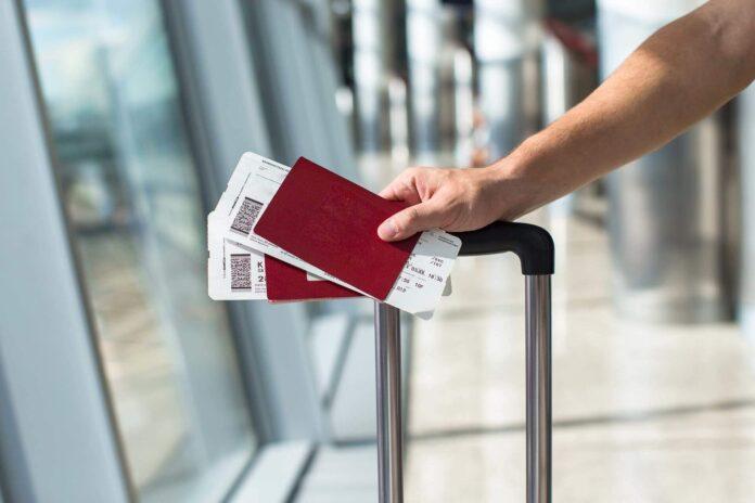 ręka trzymająca bilety