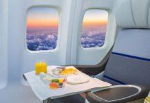 jedzenie na tacy w samolocie
