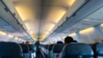 Zaczął rozbierać się przed samym lotem. Chciałbyś koło niego siedzieć?
