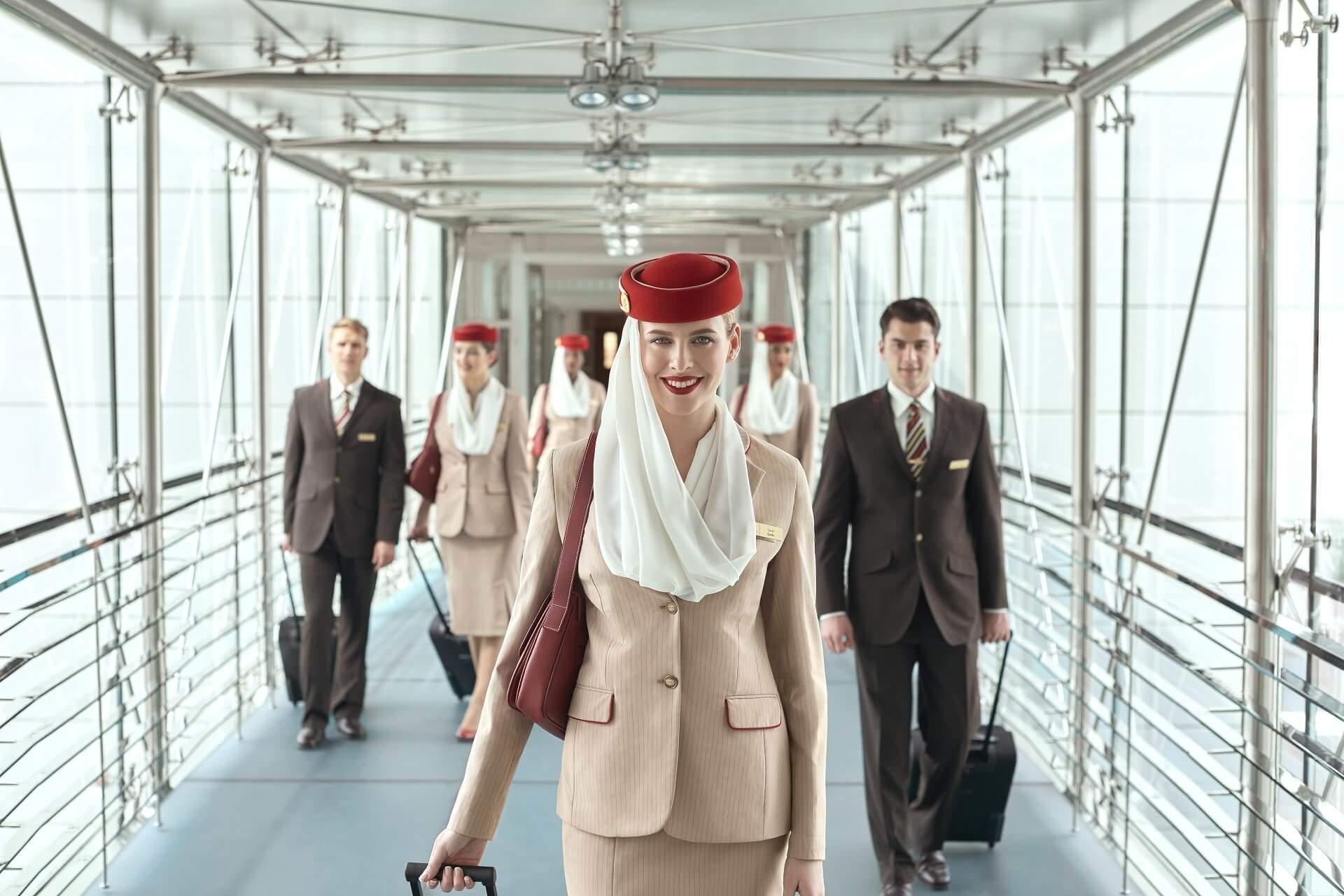 stewardesa Emirates na lotnisku