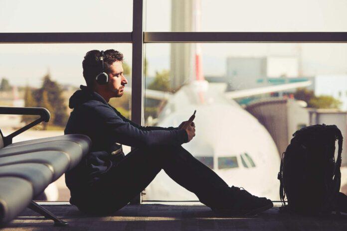 mężczyzna czekający na terminalu na samolot