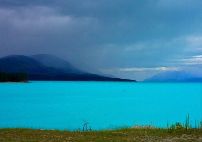 bardzo niebieska woda w górskim jeziorze