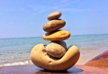 kamienie ustawione w stos na plaży