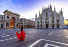 Kobieta w czerwonej sukience w Mediolanie