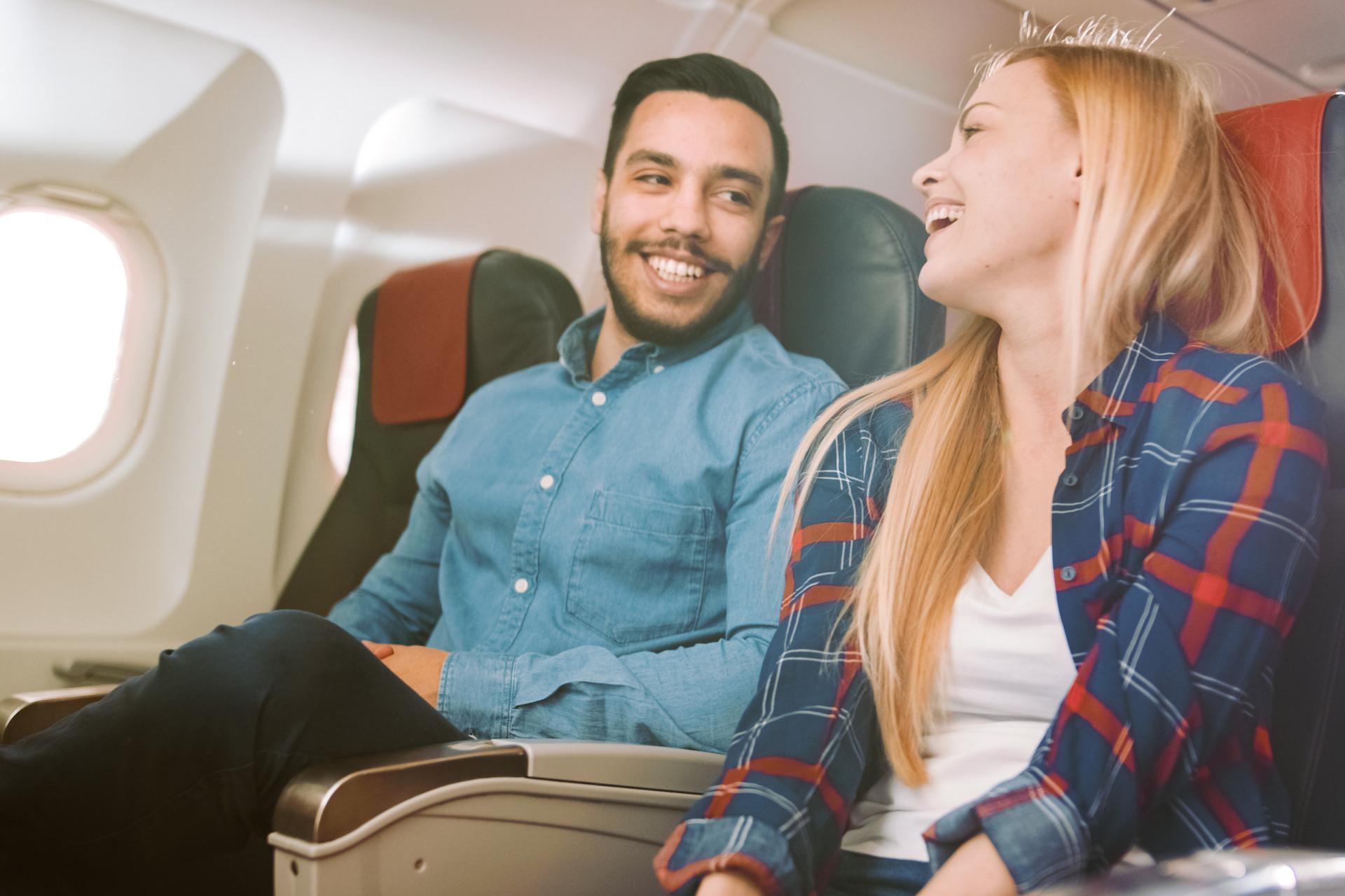 kobieta i mężczyzna rozmawiają w samolocie