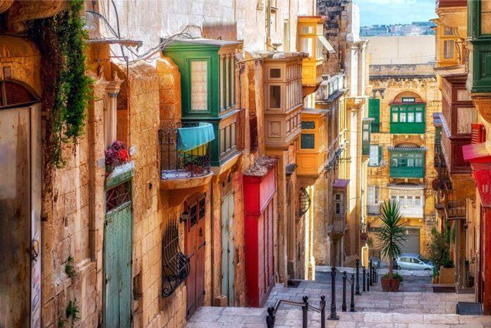 ulica z domkami, kolorowe balkony