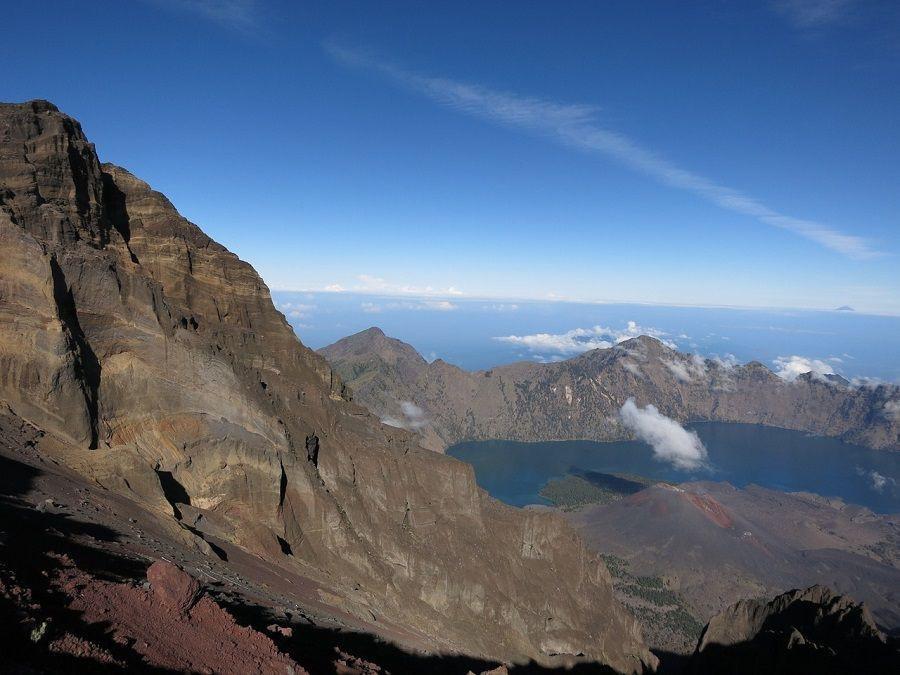 Wybuchł wulkan w Indonezji, 200 turystów zaginionych