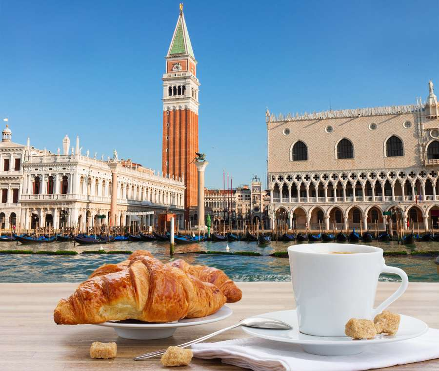 Wenecja-bigstock-Breakfast-at-Venice-Italy-91491566-1