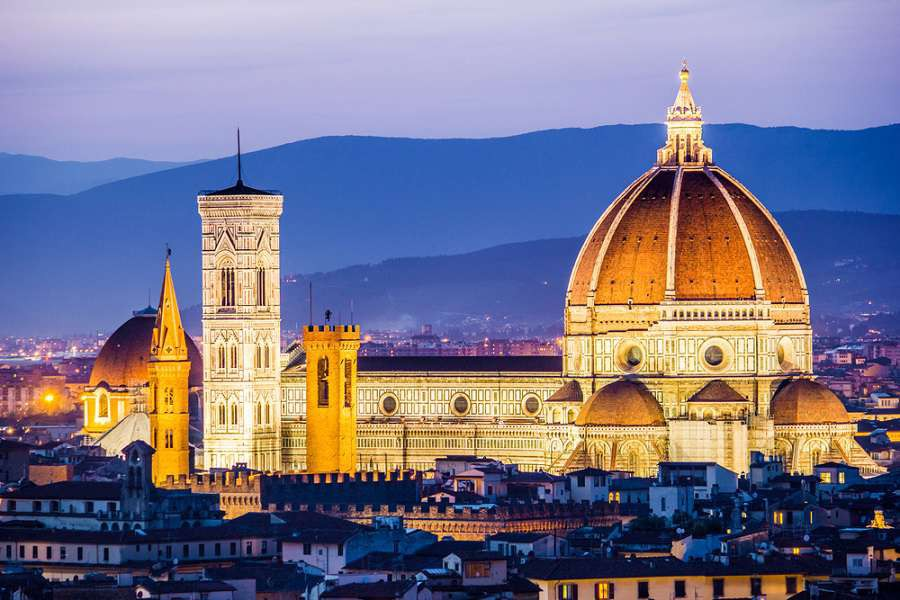Florencja-The-Cathedral-and-the-Brunelleschi-Dome-at-sunset-small-shutterstock_184765364