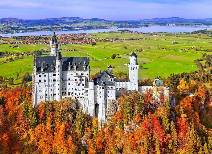 Neuschwanstein-castle-in-Germany-_90350848-3