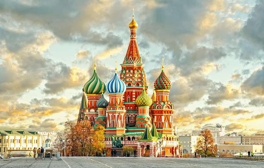 Moskwa-MoscowRussiaRed-squareview-of-St.-Basils-Cathedral-shutterstock_232725670-1