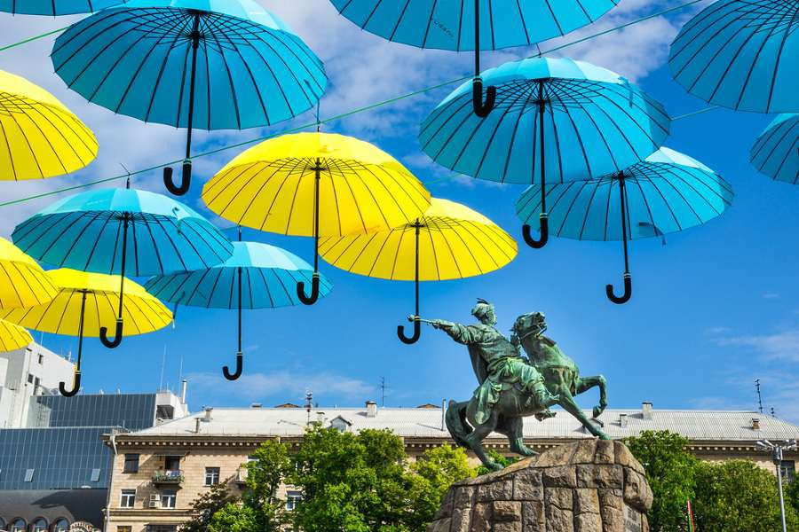 Kijw-Bohdan-Khmelnitskiy-monument-unde-bright-umbrellas-on-Kievs-day.-Kiev-Ukraine.-shutterstock_283657652-1