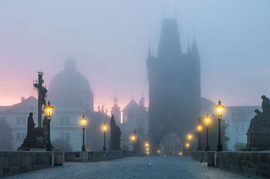 Praga-Charles-Bridge-landmark-at-sunrise-in-Prague-at-foggy-morning-shutterstock_290858180_1024