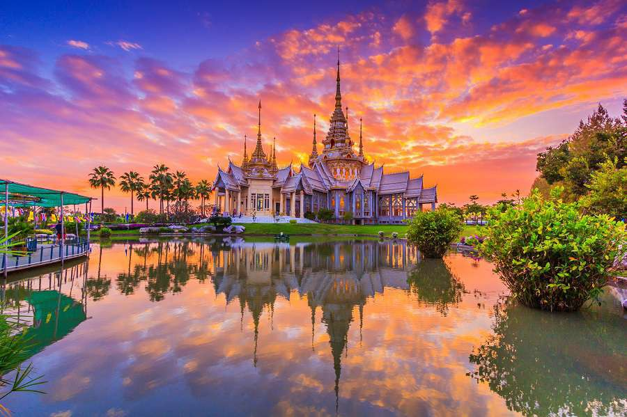 Tajladnia-Landmark-wat-thai-sunset-in-temple-Thailand-big-shutterstock_238473214